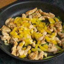 Сладкий перец режем небольшими кубиками, отправляем в сковороду