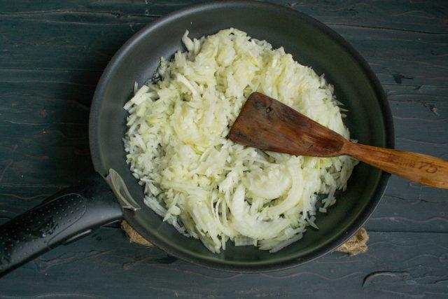 В разогретом растительном масле обжариваем лук примерно 12 минут