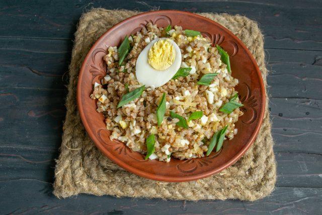 Вкусная гречневая каша с рубленными яйцами и луком готова