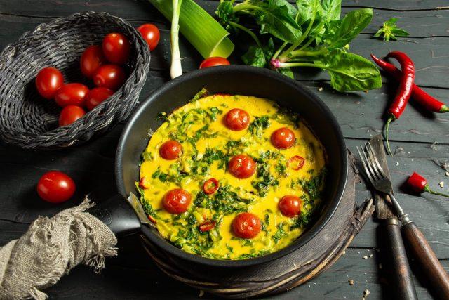 Вкусный омлет со шпинатом и помидорами для идеального завтрака