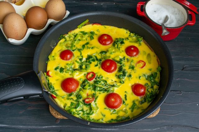 Вкусный омлет со шпинатом и помидорами для идеального завтрака готов