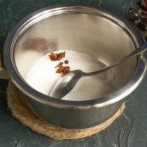 Насыпаем в сотейник сахарный песок, добавляем бадьян, гвоздику и перец