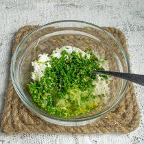 Добавляем мелко порезанный зелёный лук