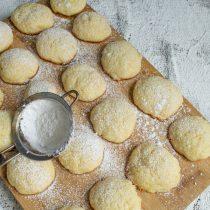 Готовое печенье снимаем с бумаги, остужаем и посыпаем сахарной пудрой