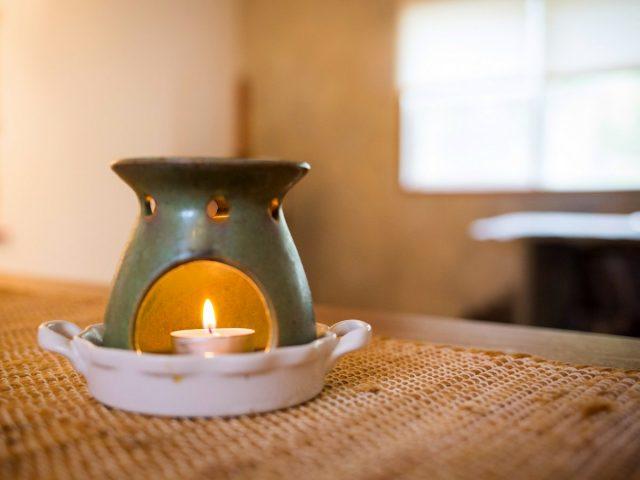 Эфирные масла можно использовать в аромалампах в помещениях или в беседках, верандах, в общем, в местах для отдыхаЭфирные масла можно использовать в аромалампах в помещениях или в беседках, верандах, в общем, в местах для отдыха