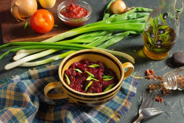 Кисло-сладкая свекольная икра с томатом и луком
