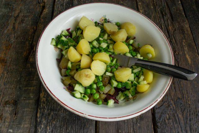 Вареный мелкий молодой картофель разрезаем пополам, кладём в миску