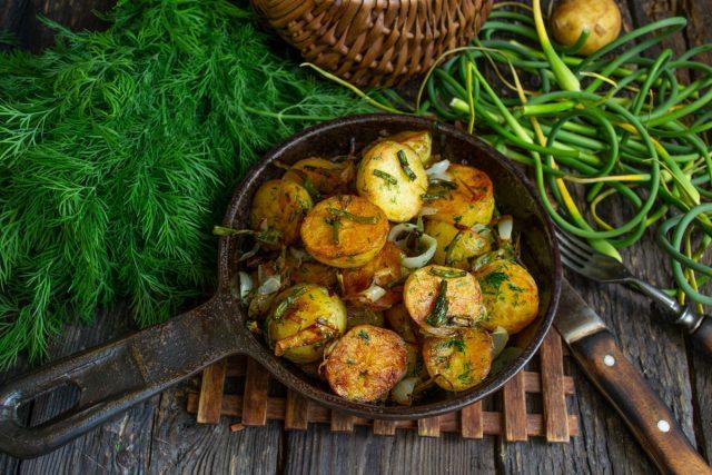 Молодая картошка, жаренная на сковороде с чесночными стрелками