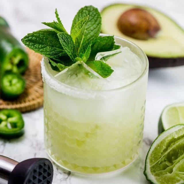 Мята незаменима для приготовления различных прохладительных летних напитков и украшения блюд