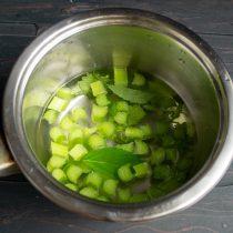 Кладём нарезанный ревень в кастрюлю, добавляем мелиссу и горячую воду