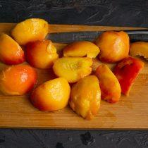 Очищенные от кожицы фрукты разрезаем на четыре части или пополам, достаём косточки