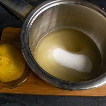 В сотейник насыпаем сахарный песок, наливаем воду, выжимаем сок из лимона