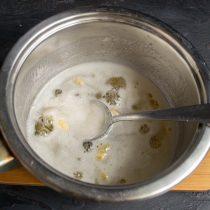 Добавляем кардамон в сироп, доводим сироп до кипения, варим 5-7 минут