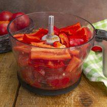 Мякоть болгарского перца режем крупно, добавляем в чашу к томатам