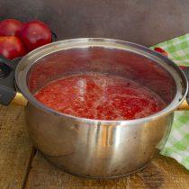 Переливаем овощное пюре в кастрюлю и доводим до кипения