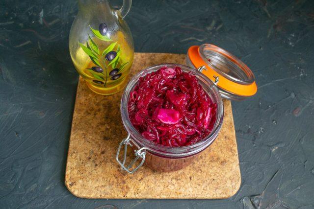 Готовый салат из свёклы с чесноком и луком фасуем в подготовленные банки