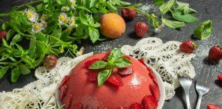 Желе из персиков с клубникой — идеальный летний десерт