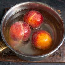 В кипящую воду кладём персики на 1-2 минуты, перекладываем в холодную воду