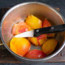 Снимаем кожицу с персиков, разрезаем и достаём косточки