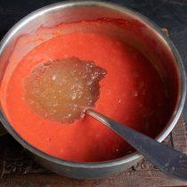Замоченный желатин смешиваем с остывшим фруктово-ягодным пюре