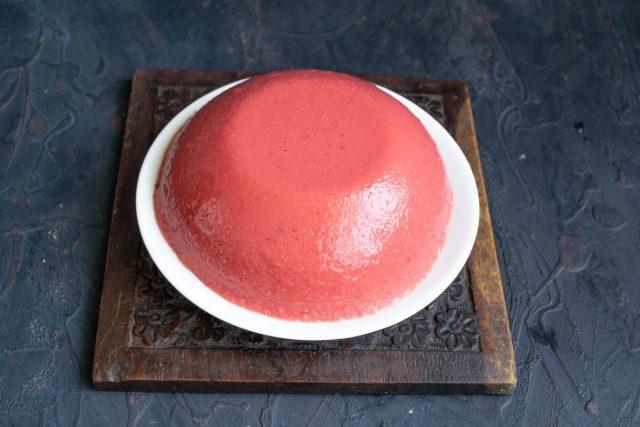 Переворачиваем миску с застывшим желе вверх дном на тарелку