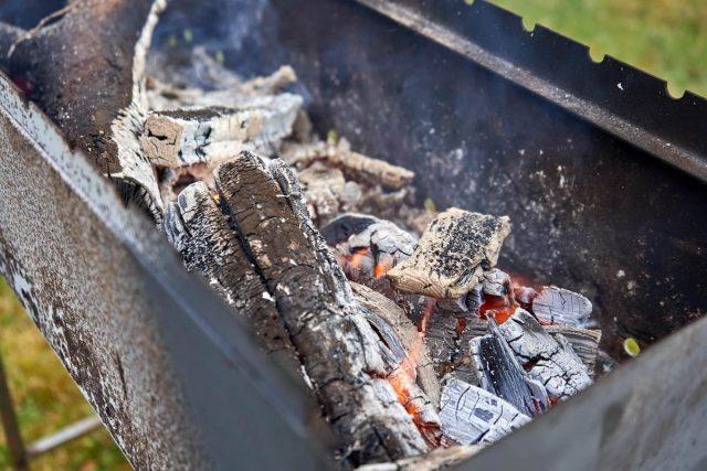 При отсутствии печки для получения золы полезно активно использовать мангал, барбекю, а также регулярно париться в бане, у кого она есть