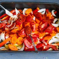 Посыпаем овощи молотой сладкой паприкой