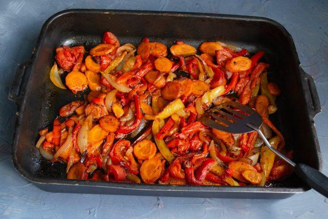 Отправляем противень с овощами в разогретый духовой шкаф, готовим 45 минут