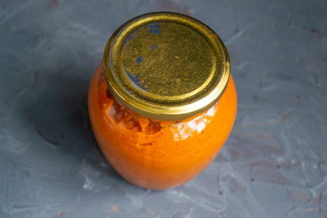 Ароматная икра из сладкого перца на зиму готова, закручиваем и убираем на хранение
