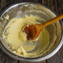 Растираем масло с сахаром несколько минут
