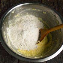 Просеиваем пшеничную муку, добавляем ванилин или ванильный экстракт
