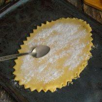 Обрезаем край фигурным резаком, посыпаем тесто картофельным крахмалом