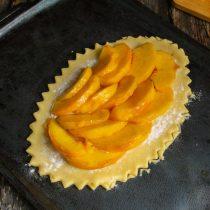 Выкладываем ломтики персиков в один слой