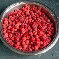 Перебираем и промываем ягоды