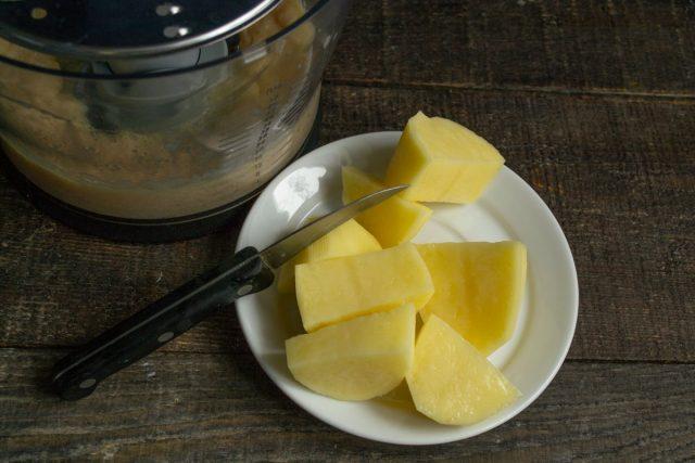 Очищаем картофель от кожуры, режем крупно, отправляем в блендер