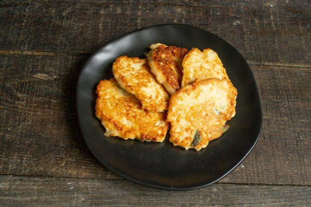 Картофельные драники с курицей готовы