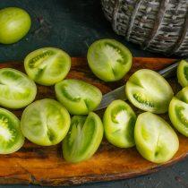 Тщательно моем помидоры, разрезаем пополам, вырезаем уплотнение возле плодоножки