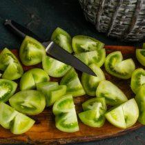 Крупные помидоры разрезаем на четыре части, мелкие пополам