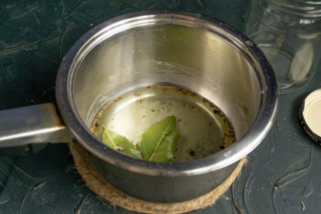 В сотейник насыпаем специи и наливаем воду. Доводим до кипения, кипятим 3 минуты
