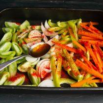 Посыпаем овощи молотой сладкой паприкой, перемешиваем и отправляем противень в нагретый духовой шкаф