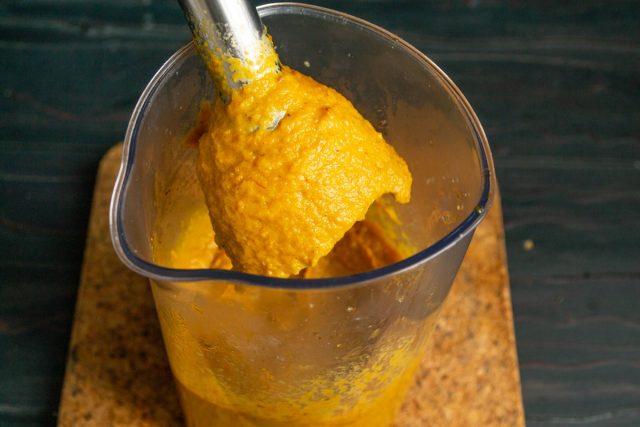Измельчаем овощи до однородной консистенции, выкладываем икру в кастрюлю, нагреваем до кипения и кипятим 5 минут