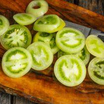Нарезаем зелёные помидоры тонкими кружочками