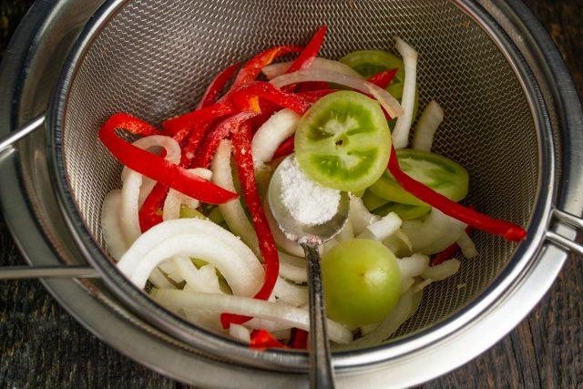 Нарезанные овощи кладём в дуршлаг, посыпаем солью, тщательно перемешиваем. Под дуршлаг подставляем миску для сока