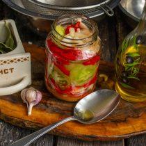 Наливаем растительное или оливковое масло, насыпаем соль