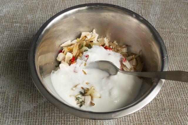 Наливаем в миску с курицей кефир или несладкий йогурт