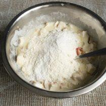 В муку добавляем соду и разрыхлитель теста, смешиваем и просеиваем в миску