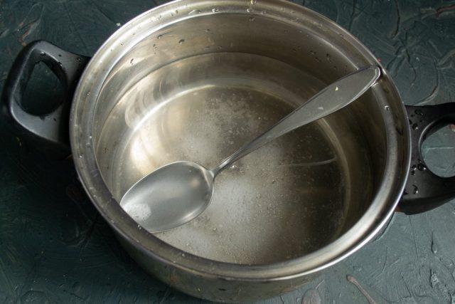 Наливаем в кастрюлю 2 литра кипятка, солим, доводим до кипения