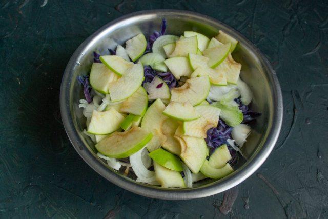 Нарезаем очищенное яблоко, добавляем к остальным овощам