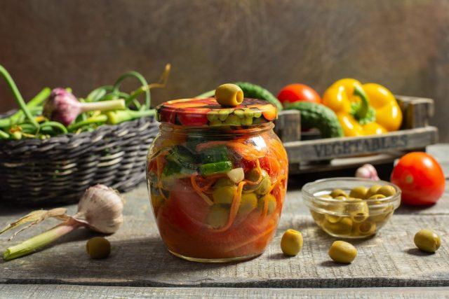 Вкусный салат из помидоров и огурцов с оливками на зиму