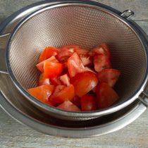 Нарезаем помидоры и кладём в дуршлаг